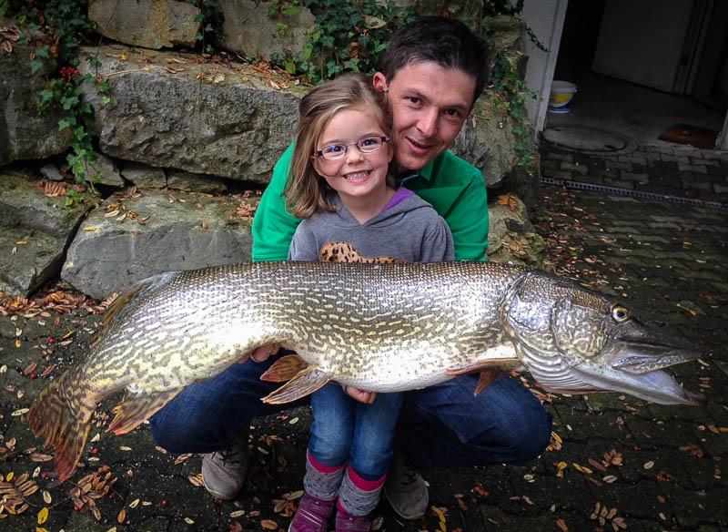 Guido mit Tochter und Hecht 116cm 23 Pfund (der Hecht)